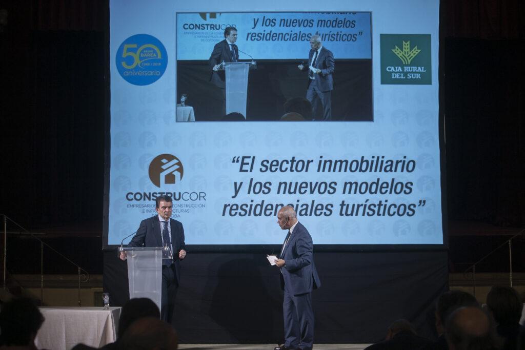 Dirección y coloquio, con Antonio Catalán, del acto sobre el sector inmobiliario y los nuevos usos turísticos organizado por Caja Rural del Sur y Construcor